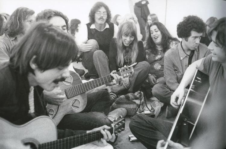 Jackson Browne (left) leads a singalong at Boyd Elder's 'Chingadero Show.' Photo: Henry Diltz.